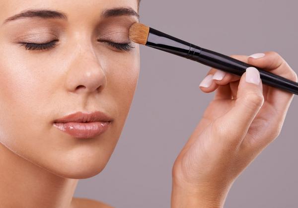 86cd383d3 مجلة زهرة السوسن - لماذا عليكِ تطبيق كريم الأساس على جفون عينيكِ؟