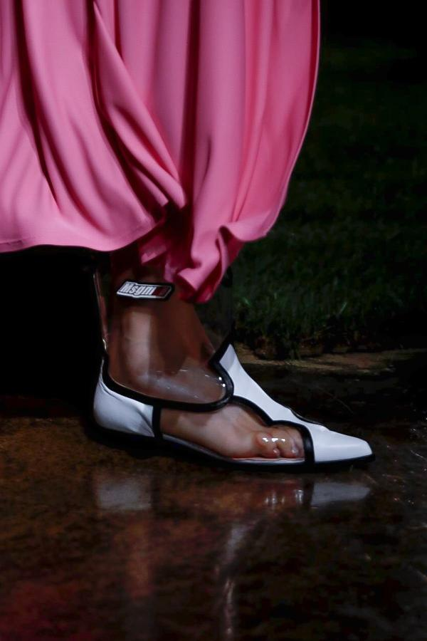 7b4d632cd0bf1 هذا الموسم، لا تفوّتي اعتماد صيحات الأحذية الجديدة لتكمّل إطلالاتكِ، فهي  ستجعل لوكّاتكِ عصرية بامتياز.
